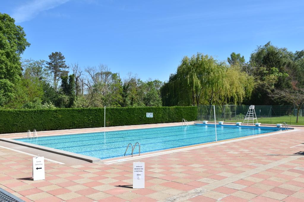 Grand bassin de la piscine municipale inoccupé