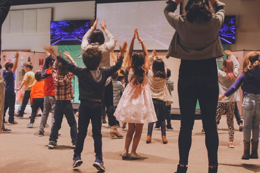 Centre-de-loisirs-enfants-qui-dansent
