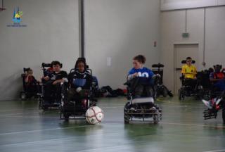 Joueurs de foot fauteuil qui se disputent la balle
