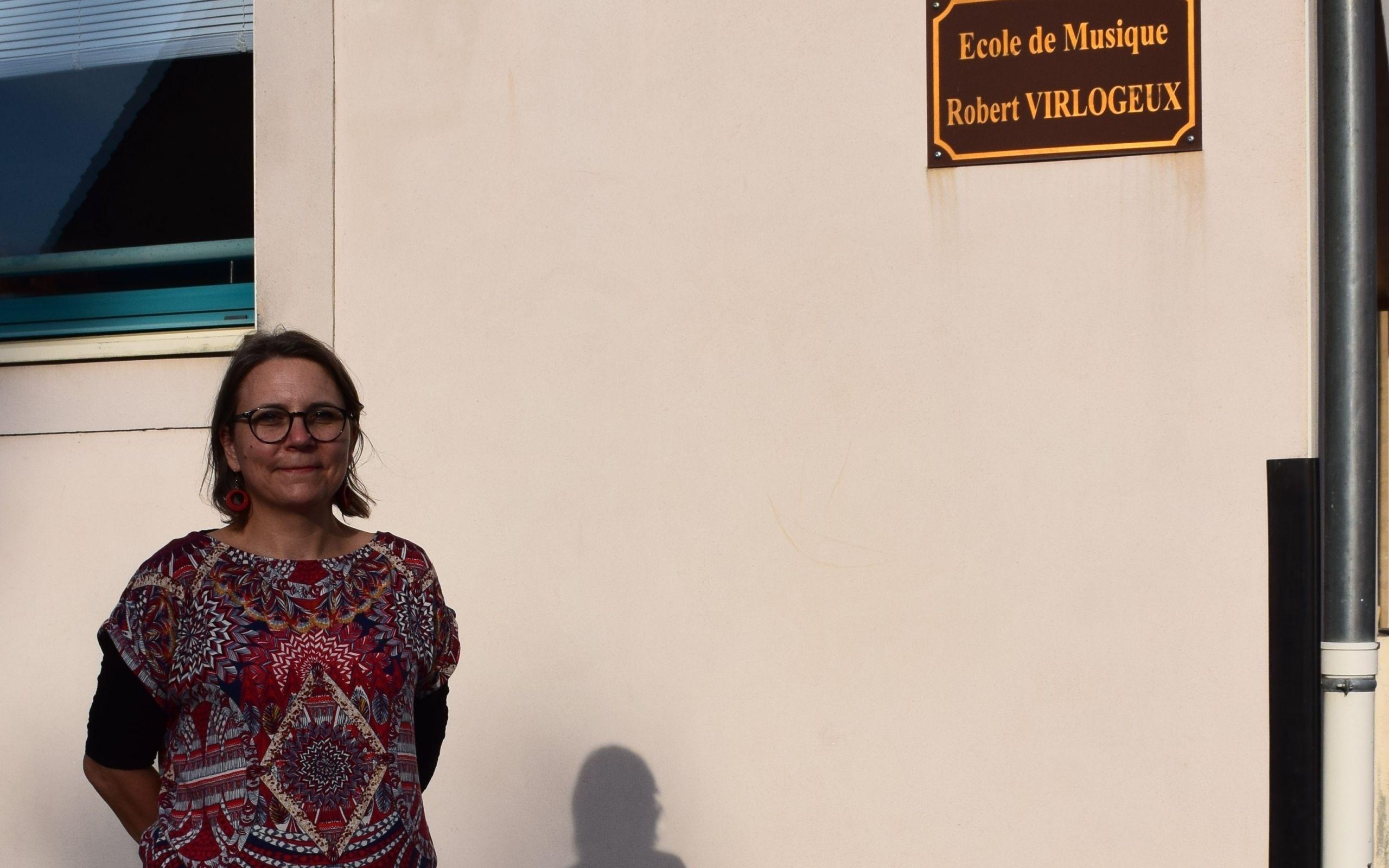 La directrice Sophie GAY devant son établissement