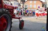 Tracteur défilant sur la place de la mairie lors du défilé des chars