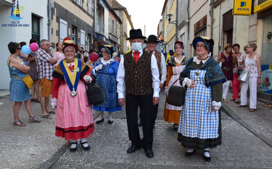 Défilé d'anciens en costume traditionnels