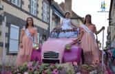 Les reines du festival qui défilent sur le char en 2 CV royale