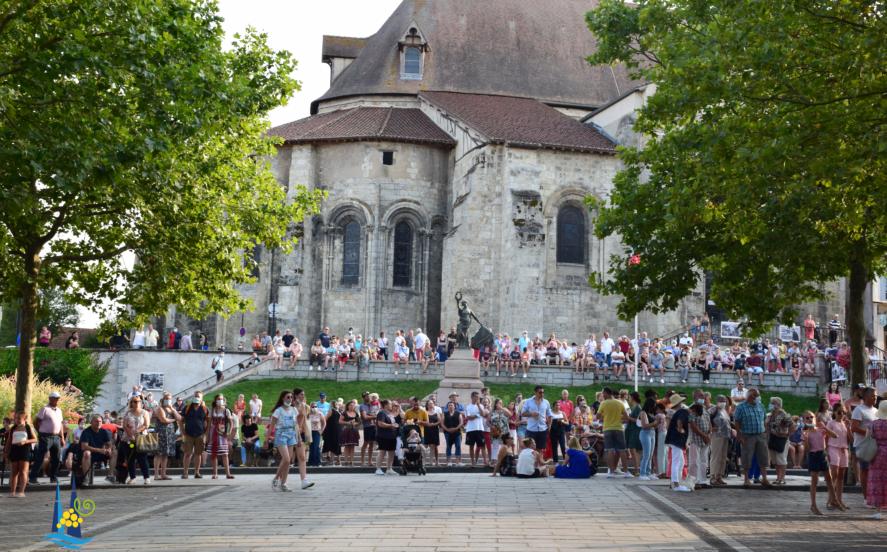 La place Georges Clémenceau pleine de monde lors du défilé des chars