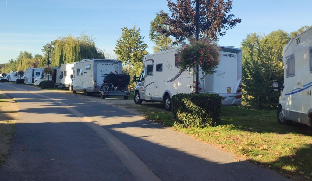 Enfilade de camping car garés sur les emplacements attitrés